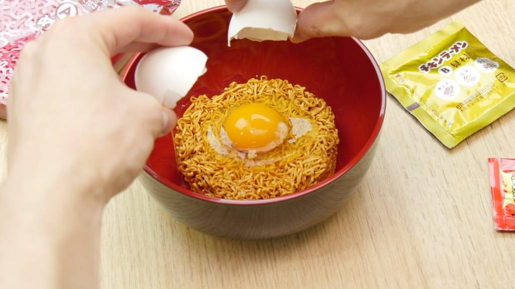 卵を落としたチキンラーメン