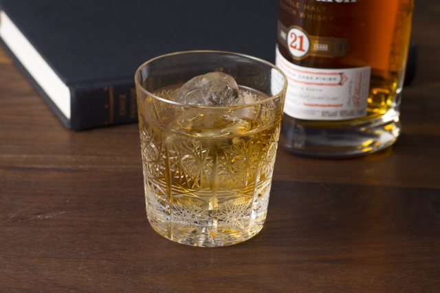 ウイスキーが入ったグラス
