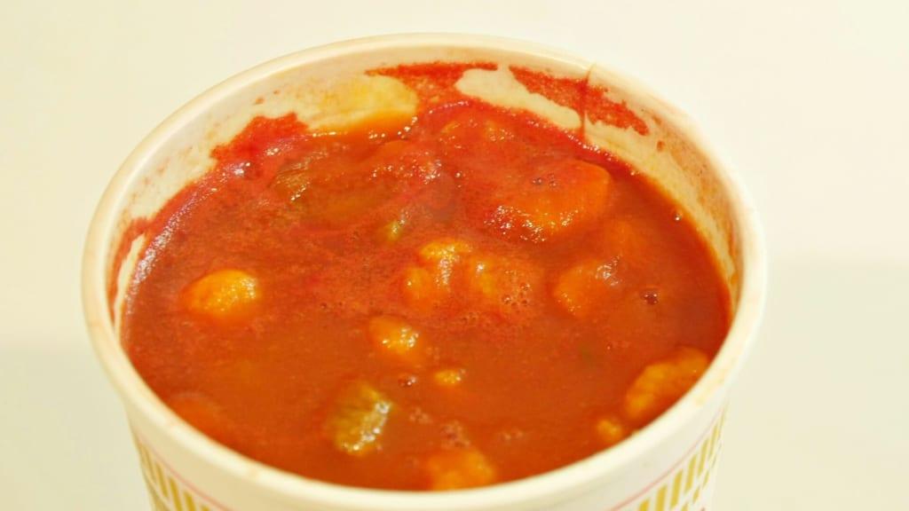 トマトジュースを注いたカップヌードル