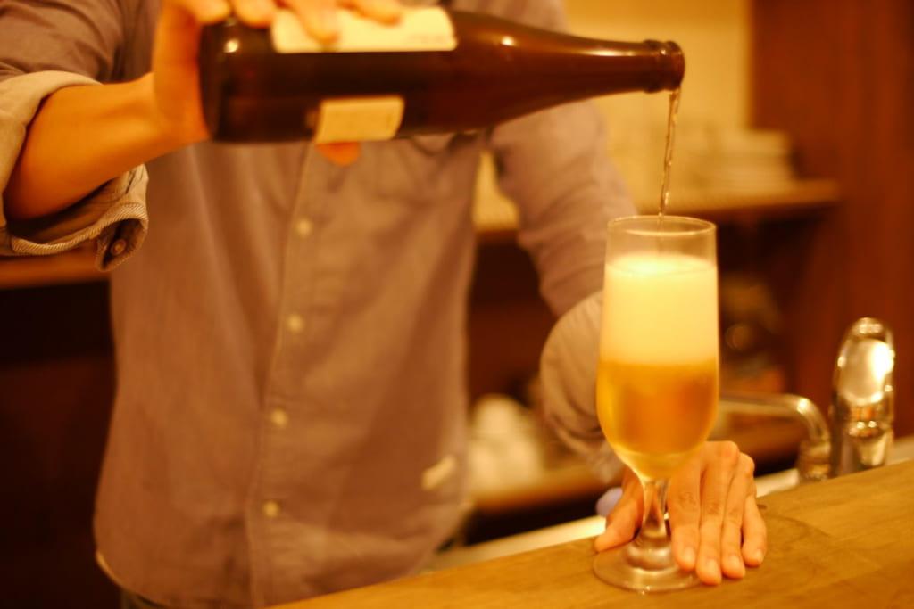 グラスにビールを注ぐバーテンダー