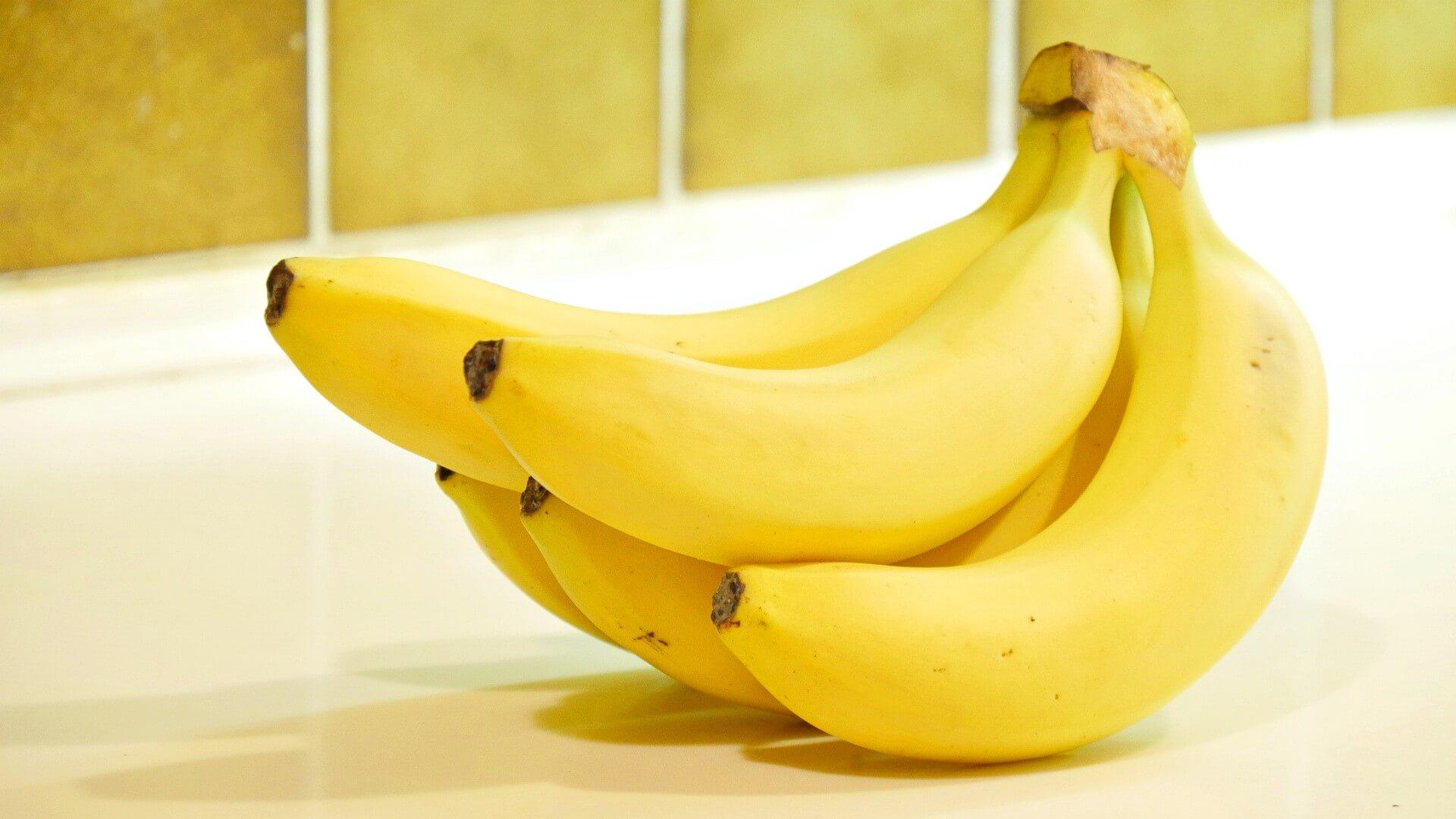 きれいな房付きのバナナ