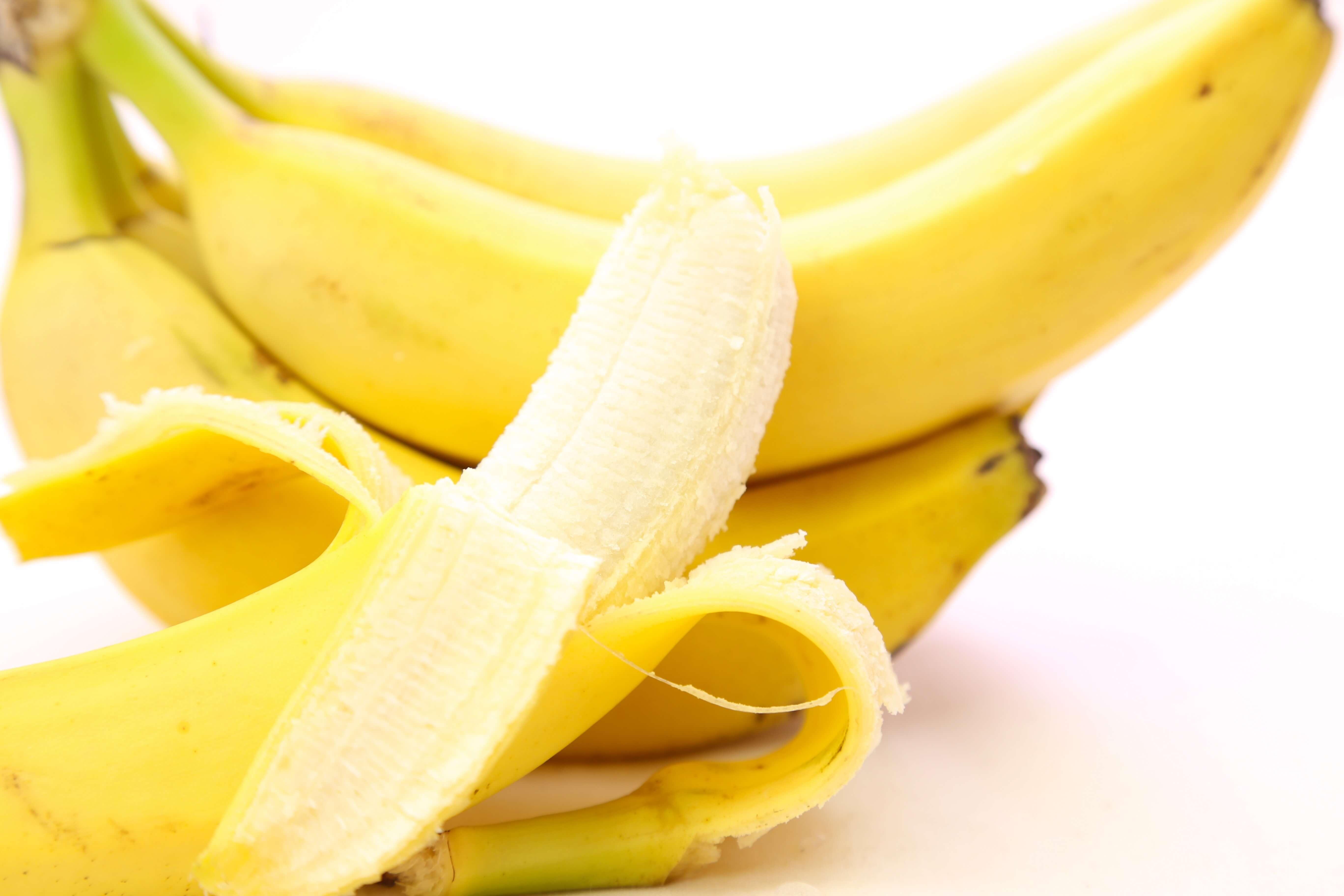 半分まで皮を剥いたバナナ