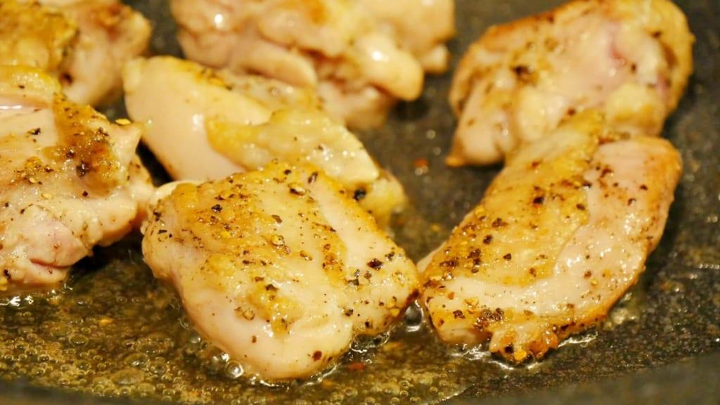 こんがりと焼けた鶏もも肉