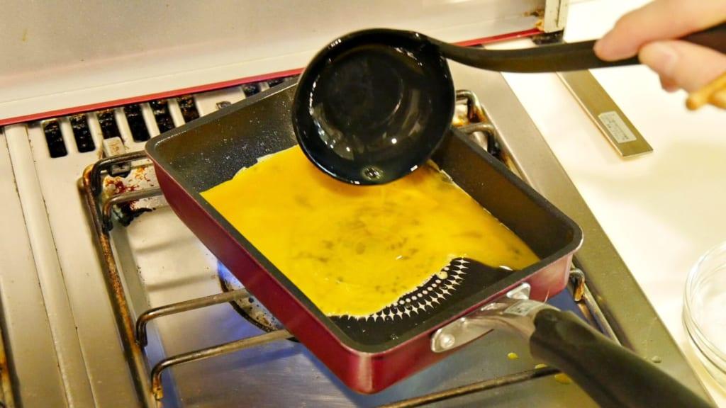 フライパンで卵を焼いている