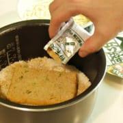 カップ麺の粉末を入れている
