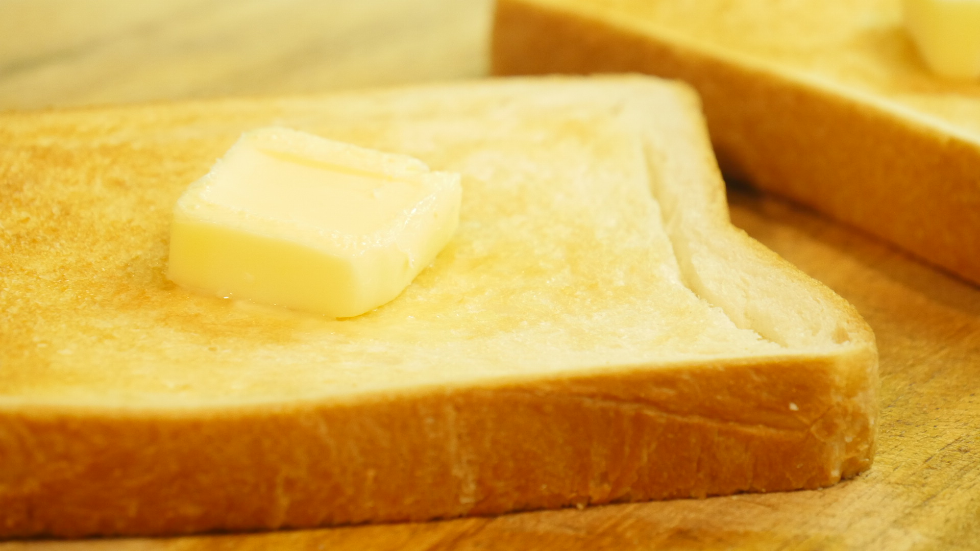 トーストにバターをのせた