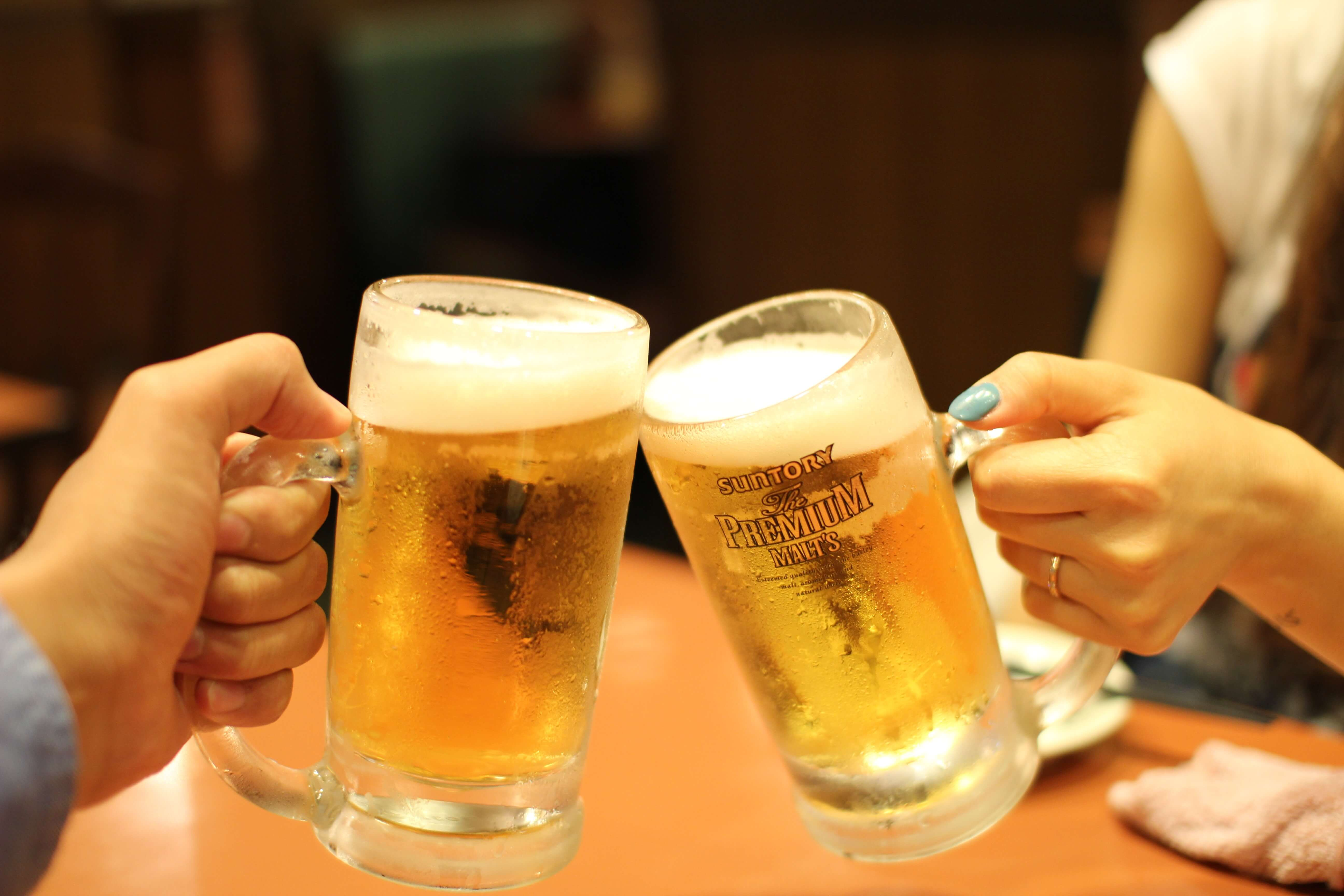 ビールジョッキで乾杯している