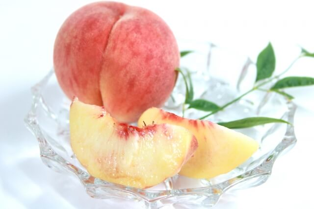 カットされた美味しそうな桃