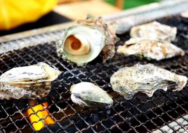 サザエや牡蠣を網焼きしている
