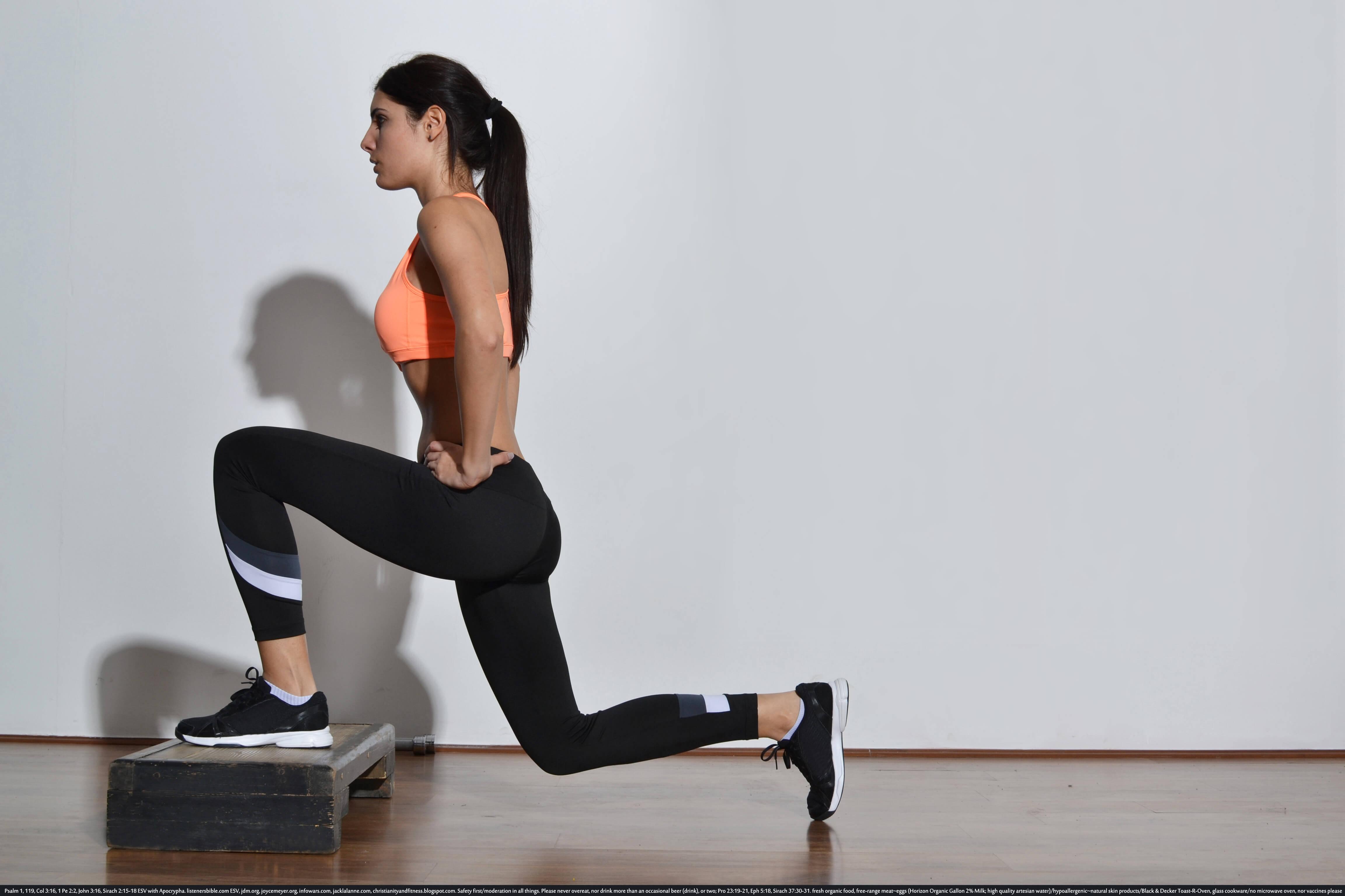 トレーニングしている外国人女性