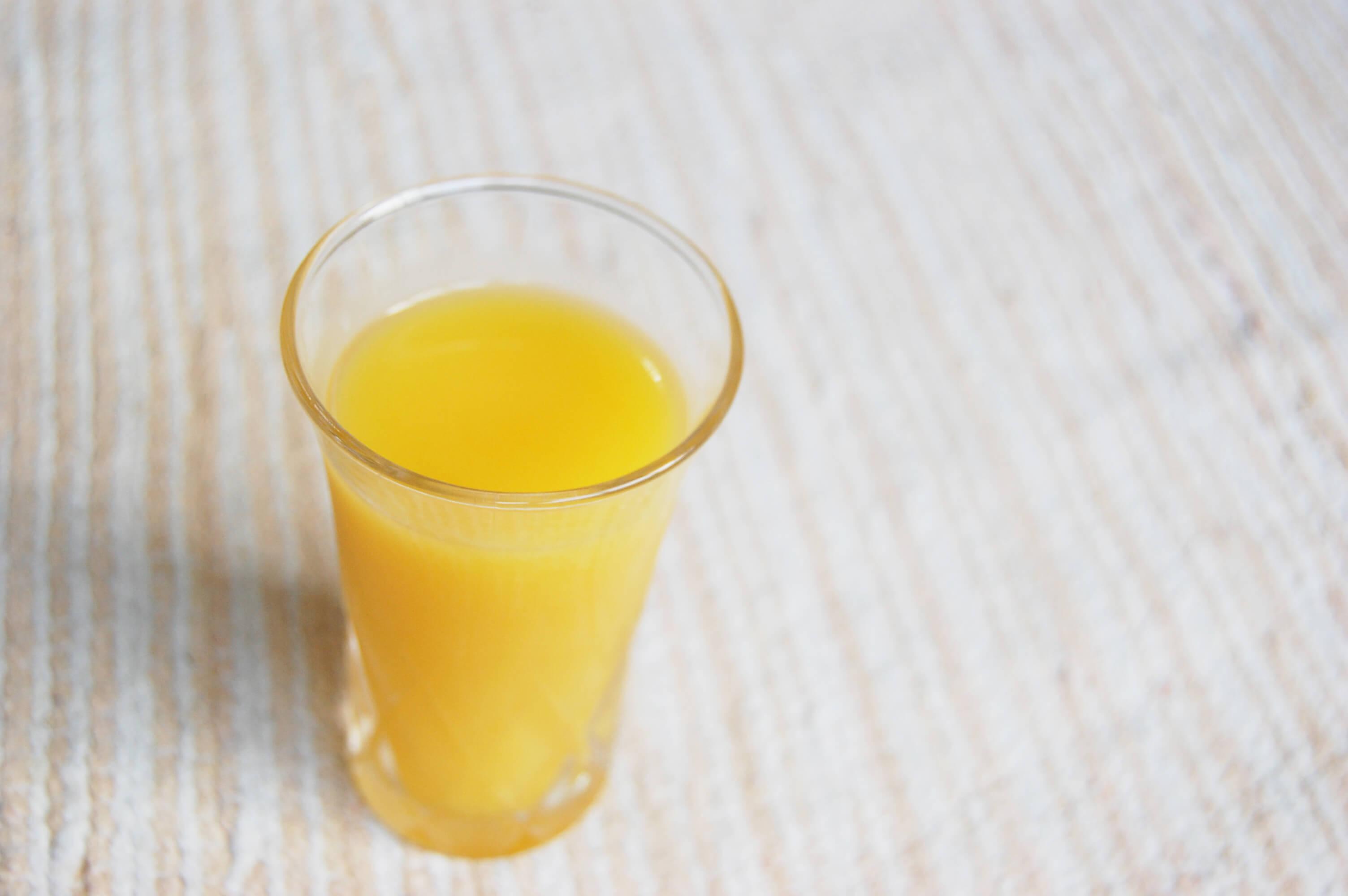 コップに入ったオレンジジュース
