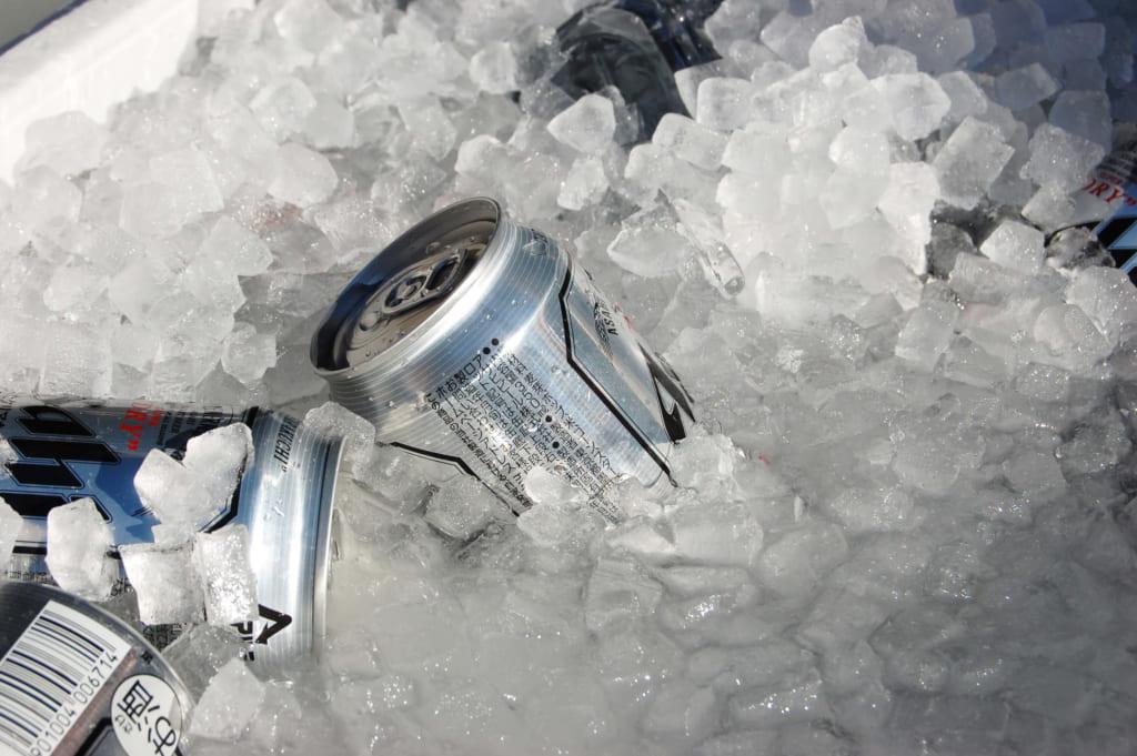 缶ビールを氷で冷やしている