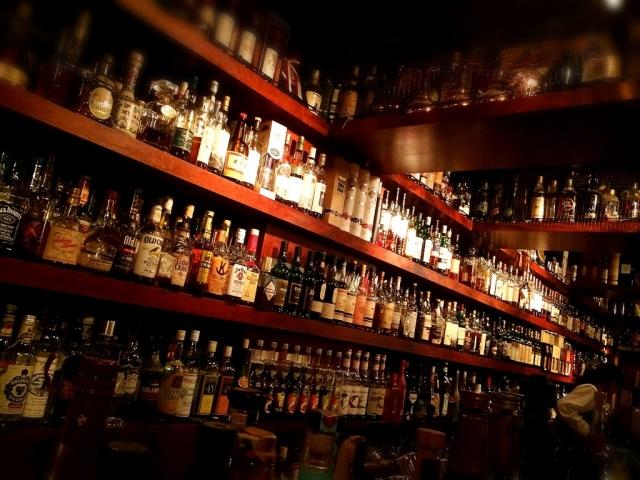 バーに陳列された大量のお酒